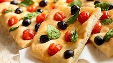 Focaccia s olivami, paradajkami a bazalkou
