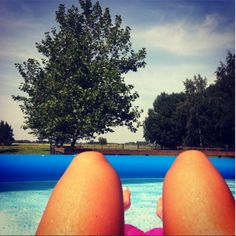 Dit maakt me vrolijk! #zomer #hotdoglegs #zwembad