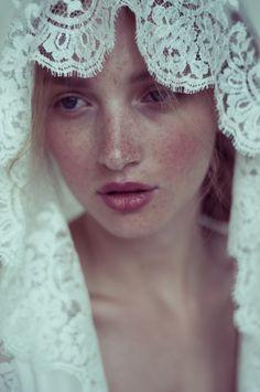 Romantic lace veil  | via Un Beau Jour, Veil: Elise Hameau, Photo: Marie hochhaus