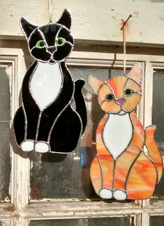 Two new cats, separate forehead for ease of cutting. By Maria Curwell #Stainedglasscat #gingercat #blackcat #stainedglasspets #animals #Tiffany #vitrail #separacionesvidrio