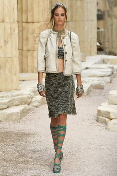 Chanel | Cruise 2018 | Look 25