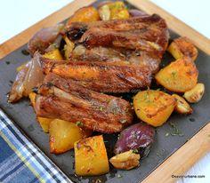 Coaste la cuptor cu cartofi, usturoi și ceapă caramelizată   Savori Urbane Spare Ribs, Pot Roast, Chicken Wings, Carne, Sausage, Pork, Turkey, Ethnic Recipes, Carne Asada