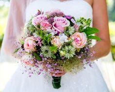 bukiet z różnych pastelowych kwiatów