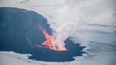 Flying over Holuhraun video - article & video in Icelandic, but great pics ... Eldgosið séð úr Fokker-vél Flugfélags Íslands í vikunni Volcano, Iceland, Ice Land, Volcanoes
