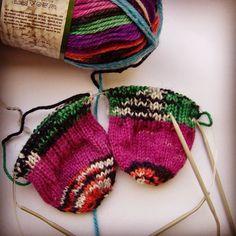 Sonen har beställt raggsockor. Tänker: Han är man nog att gilla rosa. #stickning #rundstickor #strumpor #knitting #circularneedles #sockknitting