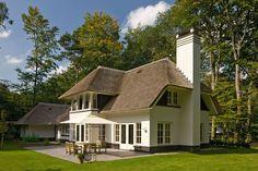 Prachtige rietgedekte villa, grote schoorsteen als opvallend detail in dit ontwerp te Epse