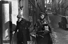 Henri Cartier-Bresson - Le vendeur de Balais, Montmartre, Paris, 1933.