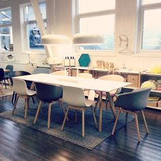HAYdays hos Berle i Bergen! Copenhague table & About a chair. Dining Area, Kitchen Dining, Dining Room, Table And Chairs, Dining Chairs, Dining Table, Interior Inspiration, Decoration, Sweet Home