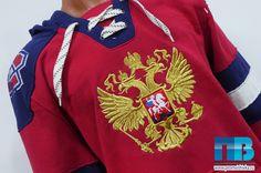 Машинная вышивка на толстовке герба РФ