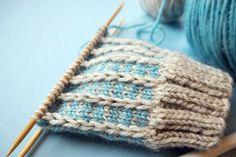 Suljettuun neuleeseen saat vaihtelua ja näyttävyyttä muutenkin kuin raidoilla tai kirjoneuleella. Tässä ohjeet kolmeen värikkääseen pintaneuleeseen Slip Stitch Knitting, Knitting Stiches, Knitting Charts, Lace Knitting, Knitting Socks, Knitting Patterns, Freeform Crochet, Knit Or Crochet, Yarn Crafts