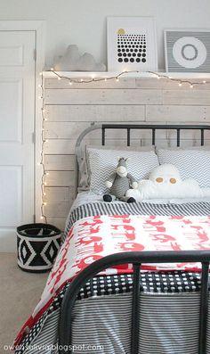 Dormitorio juvenil con cama tubular en acero estilo nórdico nordic teen bedroom teenage pared panelada en tableros de madera blancos  detalles en rojo
