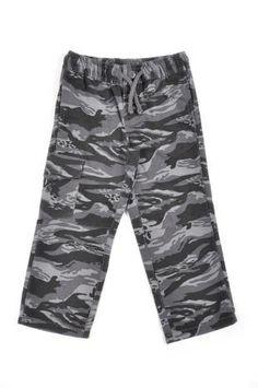 Pantalón tipo cargo para niño, con estampado de camuflaje en tonos grises.