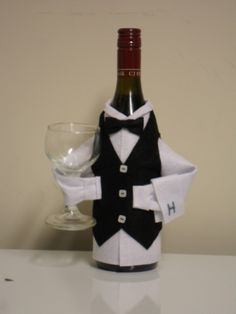 Wine Bottle Covers an Ideal Novelty Gift You Can Make Easily Sewing Machine Creations Liquor Bottle Crafts, Wine Bottle Art, Bottles And Jars, Glass Bottles, Beer Bottles, Mason Jars, Wine Bottle Covers, Wine Craft, Altered Bottles