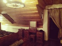 """Pomysł na sypialnię z """"drewnianą nutą""""."""