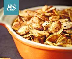 3 dl talvikurpitsan siemeniä 1 rkl oliiviöljyä 1/2 tl suolaa 1/2 tl paprikajauhetta 1/2 tl juustokuminaa 1/2 tl keskivahvaa chilijauhetta mustapippuria myllystä