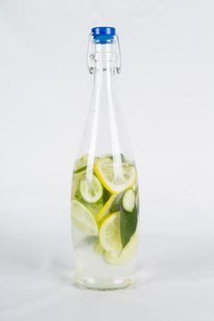 Prepara una refrescante agua saborizada con rodajas de frutos cítricos, ideal para cualquier momento.