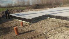 Schalung der Bodenplatte wird entfernt #OKALHausinLeipzig #NeubauMusterhaus #KfWEffizienz40Plus