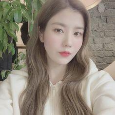 Image may contain: 1 person, closeup Kpop Girl Groups, Kpop Girls, Yuri, Ulzzang Korean Girl, Japanese Girl Group, Woollim Entertainment, Kim Min, Soyeon, The Wiz