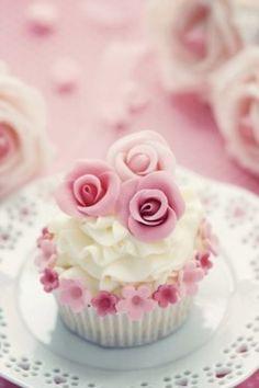 """ (via Cupcakes♥Mini cakes) "" Cupcakes Rosa, Pink Wedding Cupcakes, Cupcakes Flores, Pretty Cupcakes, Beautiful Cupcakes, Yummy Cupcakes, Wedding Cakes, Valentine Cupcakes, White Cupcakes"