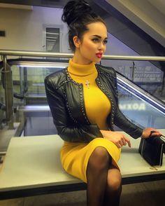 Mustard sweater dress and hot leather jacket Look Fashion, Autumn Fashion, Womens Fashion, Tight Dresses, Cute Dresses, Nita Kuzmina, Pantyhosed Legs, Mustard Sweater, Leather Skirt