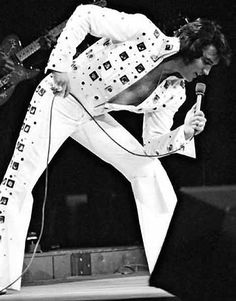 Elvis Presley : Madison Square Garden : June 1972 : Evening Show : Magnificent only begins to describe this photo! Teddy Boys, Madison Square Garden, Rita Hayworth, Twiggy, Brigitte Bardot, Grace Kelly, Memphis, Rock And Roll, Historia Do Rock