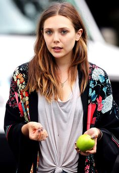 ELIZABETH OLSEN STYLE FASHION BLOG ON SET FILM MOVIE VERY GOOD GIRLS TIE KNOT TEE TSHIRT KIMONO FLORAL PRINT JACKET FRIENDSHIP NECKLACE CUT OFF DENIM JEAN SHORTS LAVENDER NAIL POLISH MANICURE