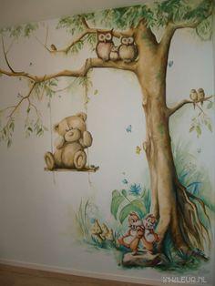 Heerlijk vind ik het om bij mensen te schilderen, die mij een kijkje gunnen in hun wereld! Want wist je dat je ook kikkers kunt houden als huisdier? Nou, ik niet! In dit babykamertje in Noordwijk zitten dan ook twee soorten kikkers verstopt in de muurschildering. Als de baby geboren is, kan het gelijk wennen aan de hobby van zijn vader. Ook opa weet alles over kikkers, hagedissen, vogels, vlinders en insekten. Die zijn er dus ook in terug te …