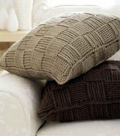 Haakpatroon van een modern kussen gehaakt in reliefstokjes. Het is een gratis Engelstalig patroon.