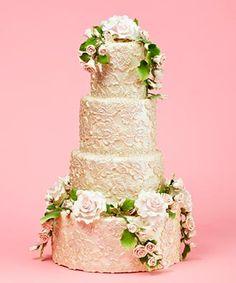 Torta de matrimonio cuatro pisos decorada con crema de mantequilla y flores naturales