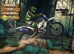 En un bosque tienes que competir en una carrera de motos, trata de ir de primer lugar