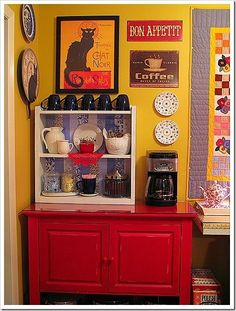 Find how to create the best coffee station for your home. Top home coffee bar ideas in kitchen to inspire you and change the way you drink coffee! Coffee Tray, Coffee Nook, Coffee Bar Home, Coffee Wine, Coffee Corner, Coffee Bar Station, Coffee Station Kitchen, Tea Station, Home Coffee Stations