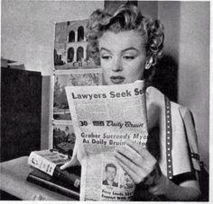 at UCLA, Feb Marilyn Monroe reading the newspaper. Marilyn Monroe Old, Joe Dimaggio, Photograph Album, Norma Jeane, American Actress, Tumblr, Actresses, Reading, Books