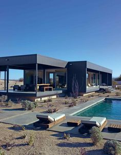 The Marmol Radziner Desert House is arranged around a swimming pool and is located in the Californian desert.
