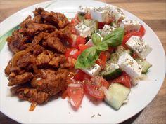 Ein köstliches Rezept für einen Low Carb Gyros mit griechischem Salat. Auch die Gewürzmischung für das Fleisch wird hier selbstgemacht!