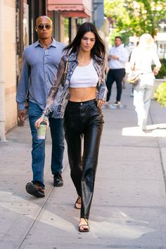 Kendall Jenner leaving Chacha Matcha in NYC Kendall Jenner Outfits, Bella Hadid Outfits, Kendall Jenner Modeling, Kylie Jenner, Fashion 2020, Love Fashion, Fashion Models, Fashion Outfits, Modell Street-style