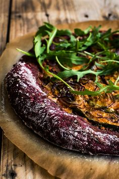 red beet pesto and asparagus pizza Asparagus Pizza, Real Food Recipes, Vegetarian Recipes, Pizza Tarts, Pan Bread, Vegan Pizza, Junk Food, Cooking Time, Bruschetta