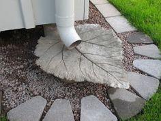 Inspiratie: Het regenwater uit de pijp mag in de grond zakken of verder stromen over de stoep.