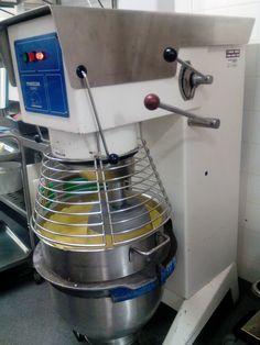 Huomiselle päivälle on valmistettu mangopiimähyytelöä n. 50 litraa. Tällä kertaa valmistimme sen yleiskoneessa!