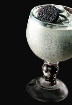 Milchshake mit Schuss - Milchshake-Rezepte für Groß & Klein - Dieser Milchshake gehört schon fast in die Kategorie Sahne-Cocktail und ist ein wunderbares Einstieg in das lang ersehnte Wochenende! Für 1 Portion Zutaten: 35 ml Schokolikör (z...