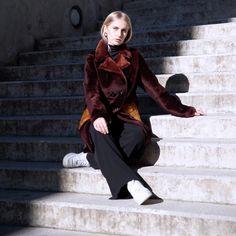 P A U L I N A - Erhältlich in zwei einzigartigen Farben - reversibler zweireihiger Lammfellmantel mit zwei wunderschönen Seiten. Christ, Goth, Normcore, Womens Fashion, Style, Fur Fashion, Leather, Colors, Nice Asses