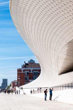 O edifício do Museu de Arte, Arquitetura e Tecnologia foi desenhado pelo atelier de arquitetura britânico Amanda Levete Architects, incorporando mais de 7 milmetros quadradosde espaço público nov…
