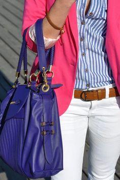 Pantalon blanco y todo de color. Bolsa de color, blusa, saco y zapatillas