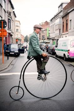 Just saw a gentleman in a top hat in Woodbury, NJ on a penny farthing like this. Amazing. #steampunk #victorian