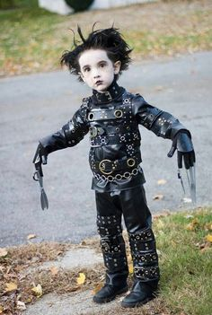 Halloween's coming up, and Bored Panda's got you covered. Now that you've got your pets dressed up for Halloween and your Halloween food ready, here are some kids' Halloween costume ideas to inspire you as well. Edward Scissorhands Halloween Costume, Cute Kids Halloween Costumes, Halloween Parade, Funny Halloween, Halloween Makeup, Happy Halloween, Unique Costumes, Diy Costumes, Costume Ideas