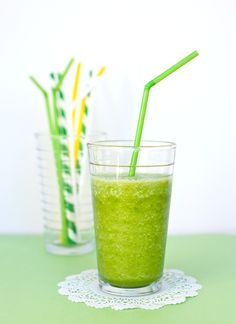 St Patty's Day Smoothie- 4 c. loosely packed organic baby spinach, 1 1/2 c. OJ, 1 ripe banana, 2 c. frozen light colored fruits (any combo: pineapple, peach, mango, honeydew). Note: Do not use red or dark colored fruits or it will turn brown or purple. Ad Juice Smoothie, Smoothie Drinks, Smoothie Recipes, Green Beer, St Patricks Day Food, Martha Stewart Recipes, St Paddys Day, St Pattys, Healthy Green Smoothies