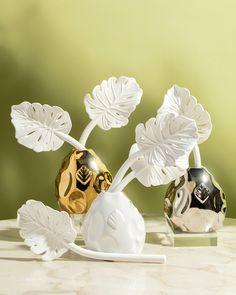 O novo difusor Costela de Adão foi criado em 3 cores: branco, prata e dourado. Feito em porcelana, é perfeito para decorar e perfumar. #difusor #difusordeporcelana #decor #homedecor #perfumaria Perfume, Fragrances, Sweet, Monstera Deliciosa, Wedding Shot List, Diffuser, Silver, Colors, Porcelain Ceramics