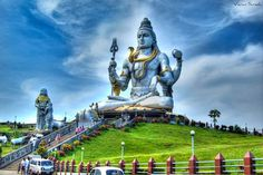 World's tallest Shiva at Murudeshwara Temple, Uttara Kannada, Karnataka. The statue of Lord Shiva here is the world's tallest & it lies on the coast of the Arabian Sea. Lord Shiva statue with Ravana handling Atma Linga to small Brahmin boy (Lord Ganesha). Maha Shivaratri Story, Pookalam Design, Lord Shiva Statue, Breastfeeding Photos, Shiva Linga, Lord Shiva Hd Wallpaper, Hindu Mantras, Puzzle Of The Day, The Dark One