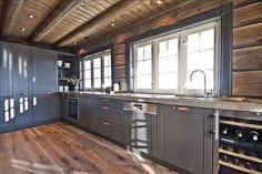 I love this striking photo Home, Kitchen Remodel, Cabin Interiors Decorating, Log Home Kitchens, Cabinetry Design, Cottage Design, House Floor Plans, Home Kitchens, Kitchen Design