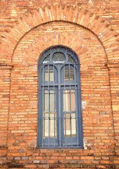 Ventana del edificio de la Universidad Católica