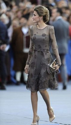 Queen Letizia - mint green embroidered lace coat and dress by Felipe Varela - pewter Felipe Varela clutch - Magrit 'Barbara' clutch Princess Letizia, Queen Letizia, Elegant Dresses, Pretty Dresses, Formal Dresses, Style Haute Couture, Mode Outfits, Royal Fashion, Occasion Dresses